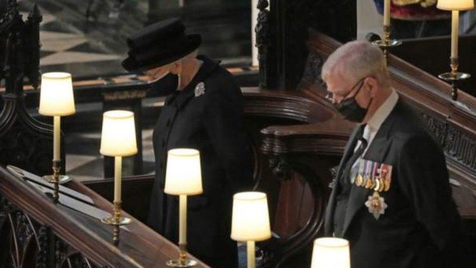 La reina Isabel II sentada cerca de su hijo el príncipe Andrés, duque de York.