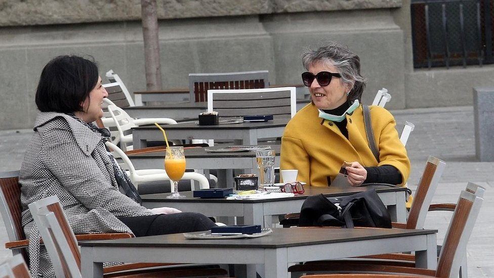 žene sede u kafiću