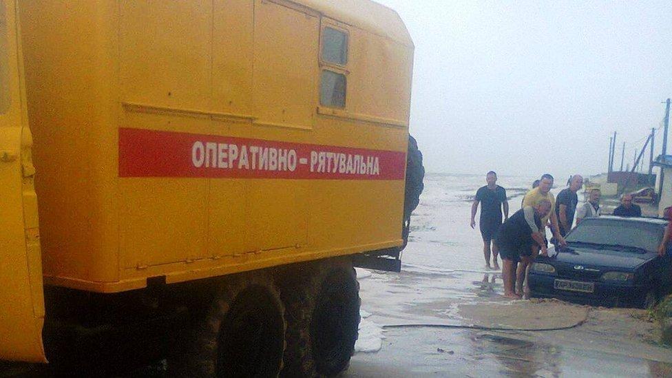 На Азовському узбережжі негода, рятувальники евакуюють туристів