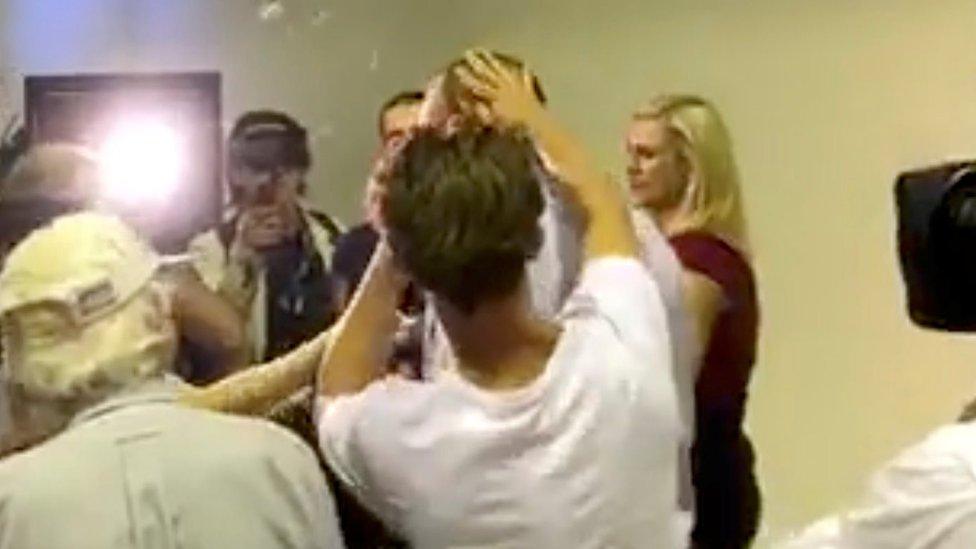 صورة من الخلف للشاب كونولي وهو يسحق بيضة على السناتور فريزر أنينغ في مؤتمر صحفي