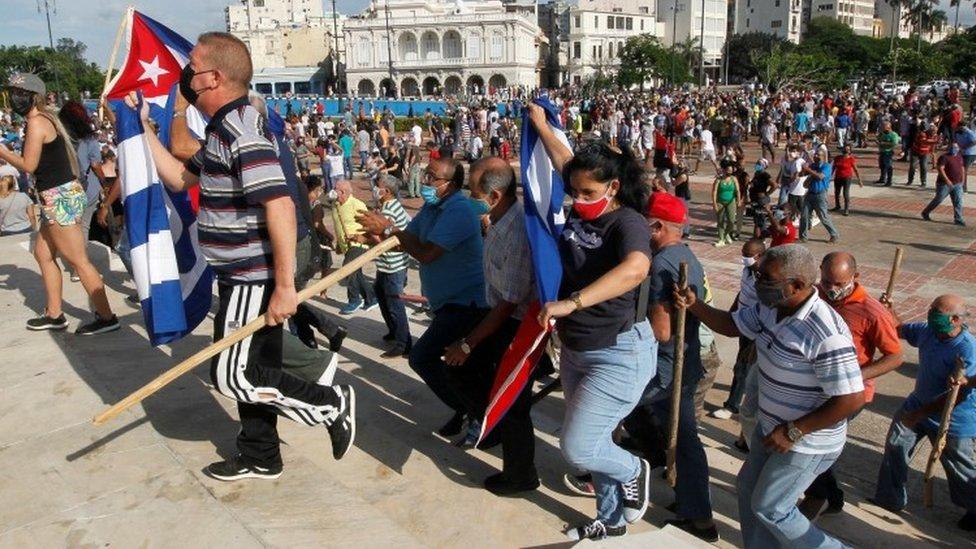 古巴支持和反對政府的民眾都走上街頭