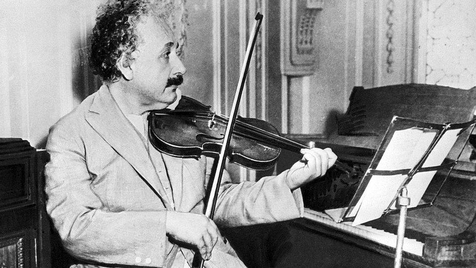 Albert Einstein tocando el violín