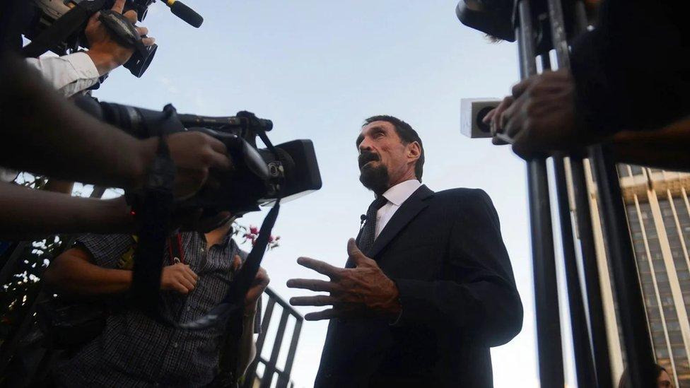 John McAfee berbicara kepada jurnalis di Pengadilan Tinggi di Guatemala, setelah lokasinya terungkap oleh foto.