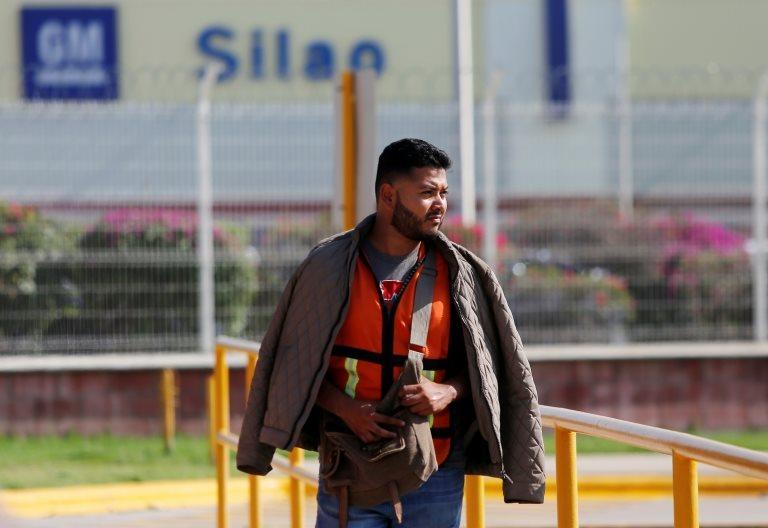 Un empleado en la planta de Silao de General Motors