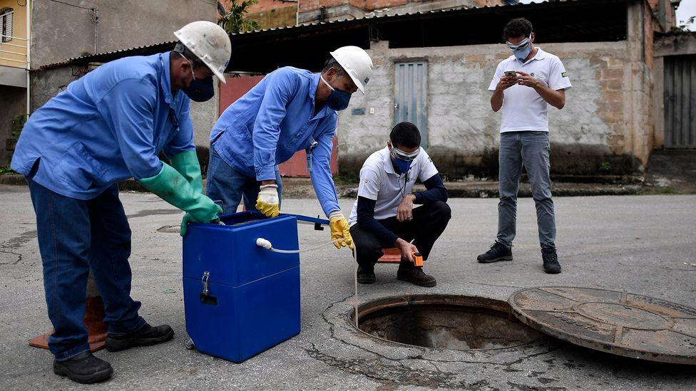 Amostras de esgoto sendo coletada em Belo Horizonte