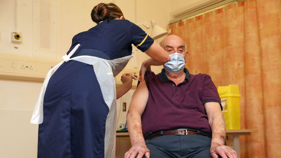 El primer paciente en recibir la vacuna de Oxford y AstraZeneca en Reino Unido