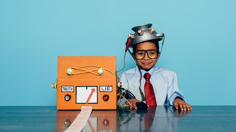 Niño con detector de mentiras.