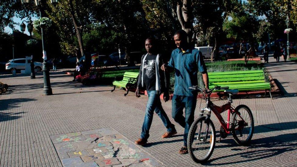 Haitianos caminan por el centro de la capital chilena, Santiago.