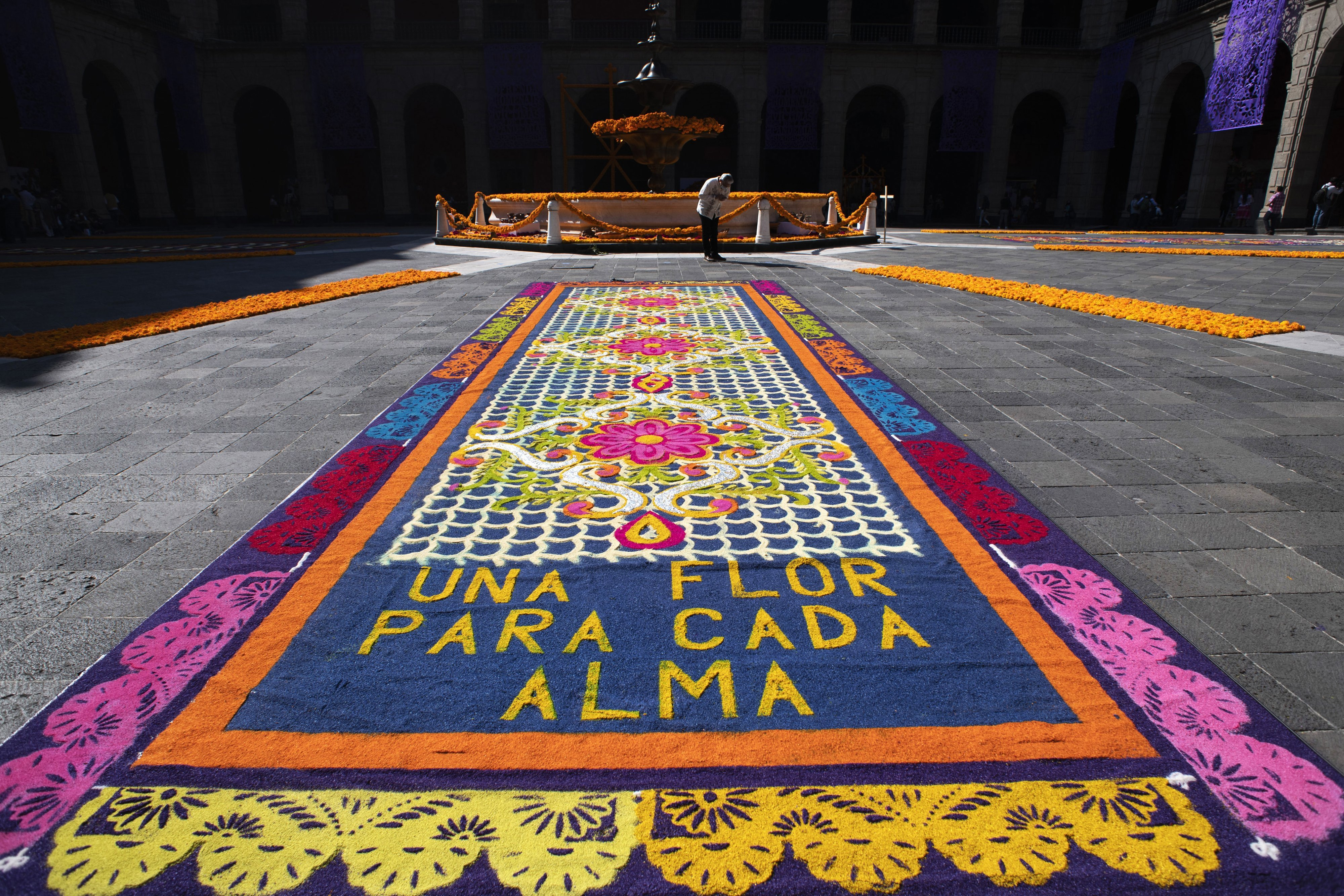 The central square of the National Palace has been filled with Cenpasuchil flowers, the traditional flower of the day of the dead, and the four directions have been drawn with coloured sawdust, to commemorate those who have died of Covid