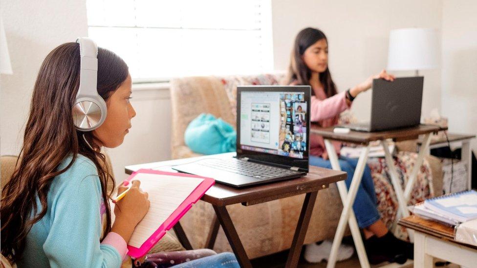 Dos niñas en clases virtuales