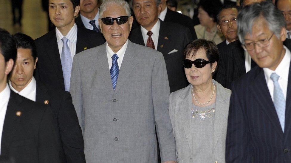 李登輝與夫人曾文惠在東京成田機場(4/9/2009)