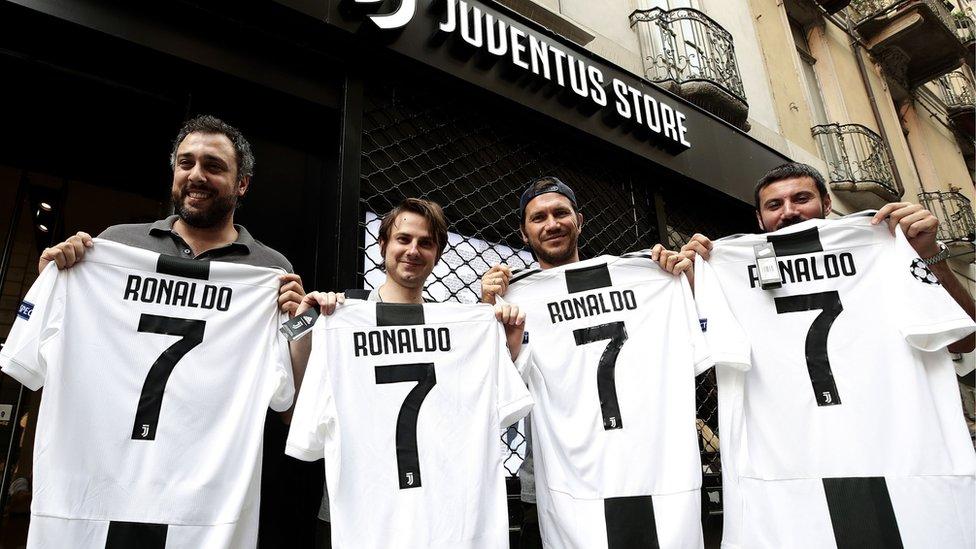 Juventus taraftarları Ronaldo formasıyla