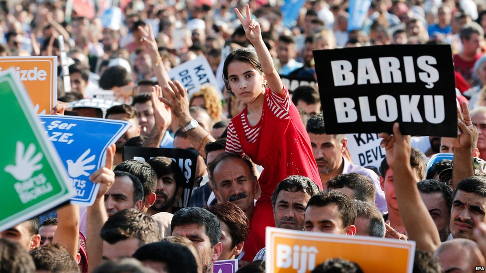 HDP supporters and peace activists at a peace rally in Istanbul, Turkey (9 August 2015)
