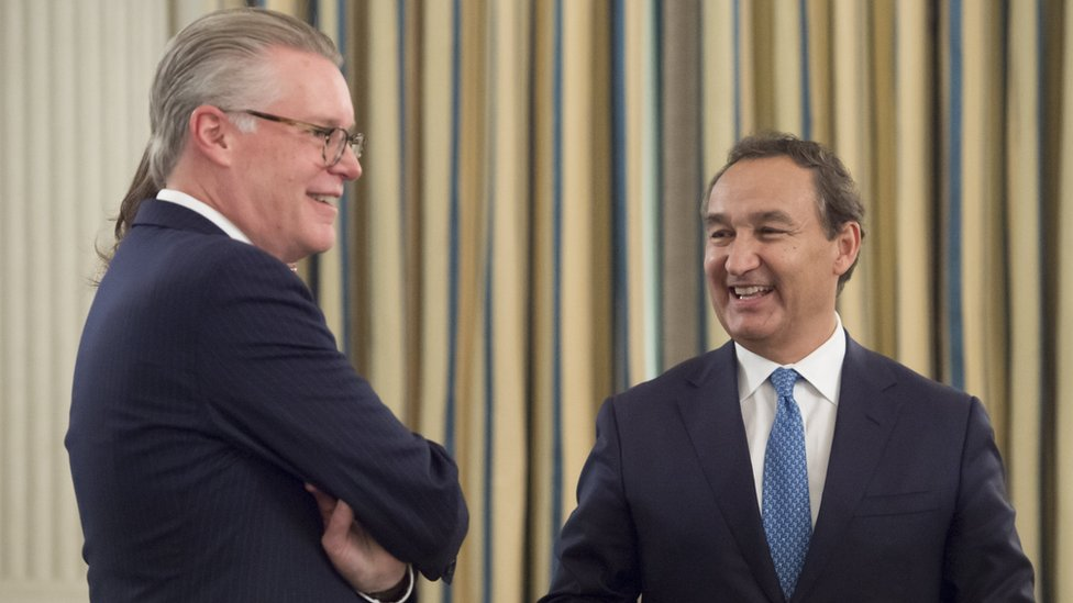 Oscar Munoz (R), President and CEO of United Airlines, speaks with Delta Air Lines CEO Ed Bastian (L) as they attend a meeting with airline industry executives hosted by US President Donald Trump in the State Dining Room of the White House in Washington, DC, February 9, 2017