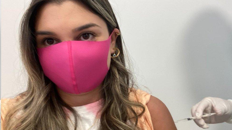 Manuela sendo vacinada