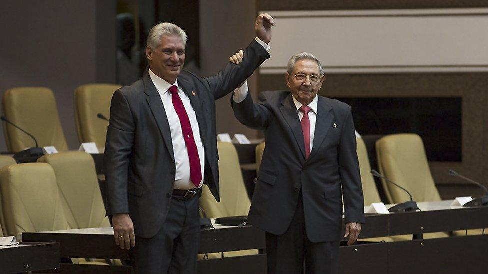 Raúl Castro y Miguel Díaz-Canel en la Asamblea Nacional en La Habana.