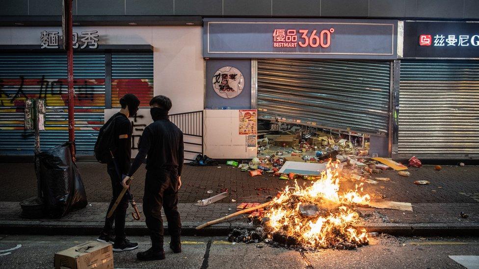 一些建制派人士認為,如果暴力示威浪潮持續,香港政府應宣佈押然甚至取消選舉。