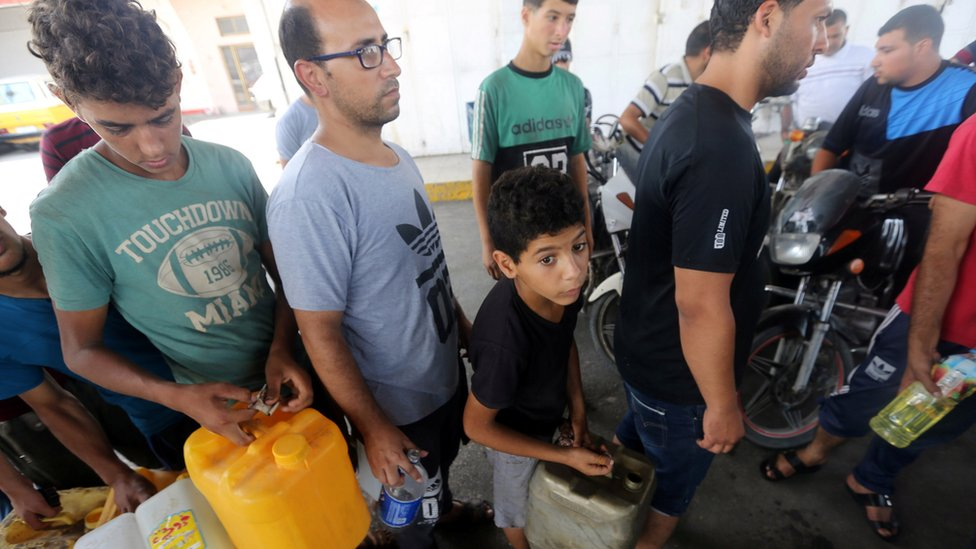 Palestinians queue at a petrol station in the southern Gaza Strip after Israel suspended deliveries of fuel via the Kerem Shalom crossing (17 July 2018)