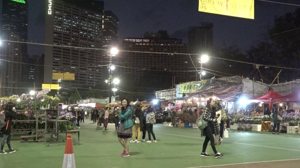 一些在香港維多利亞公園的年宵市場擺攤的商販說,人流比往年減少減少一半。