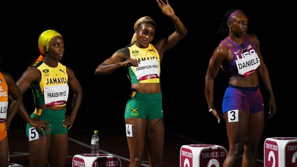 Podio jamaicano en la final de los 100 metros lisos femenina.
