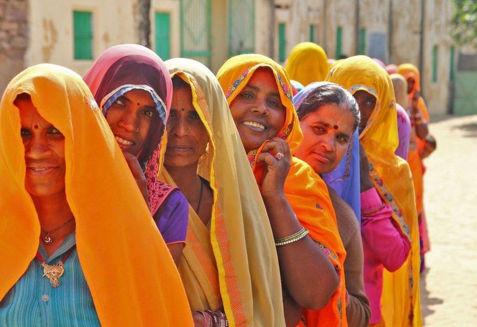 نساء هنديات في طابور أمام أحد مراكز الاقتراع