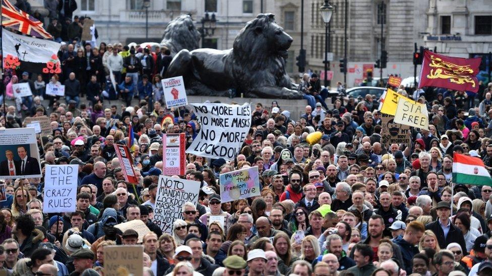 Multidão ocupa Trafalgar Square em Londres