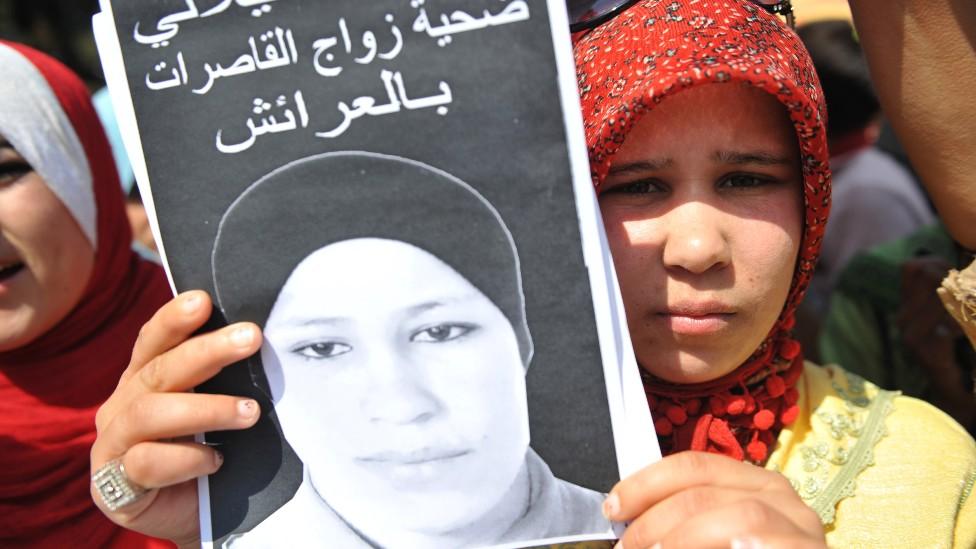 Hamida con una imagen de su hermana Amina Filali