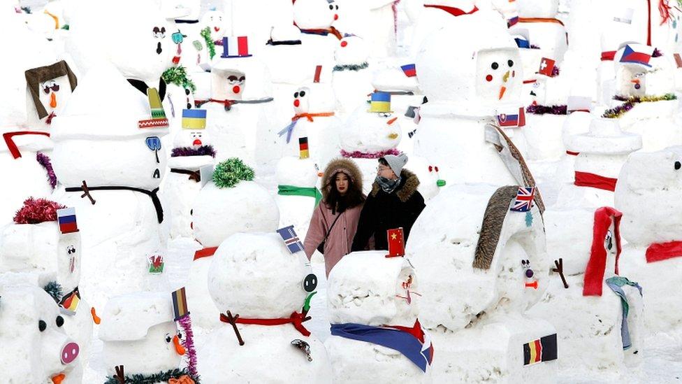 par šeta među figurama Sneška Belića