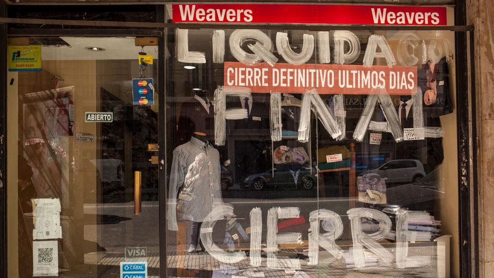 Un local de ropa con un anuncio de cierre, en Buenos Aires, en agosto de 2019
