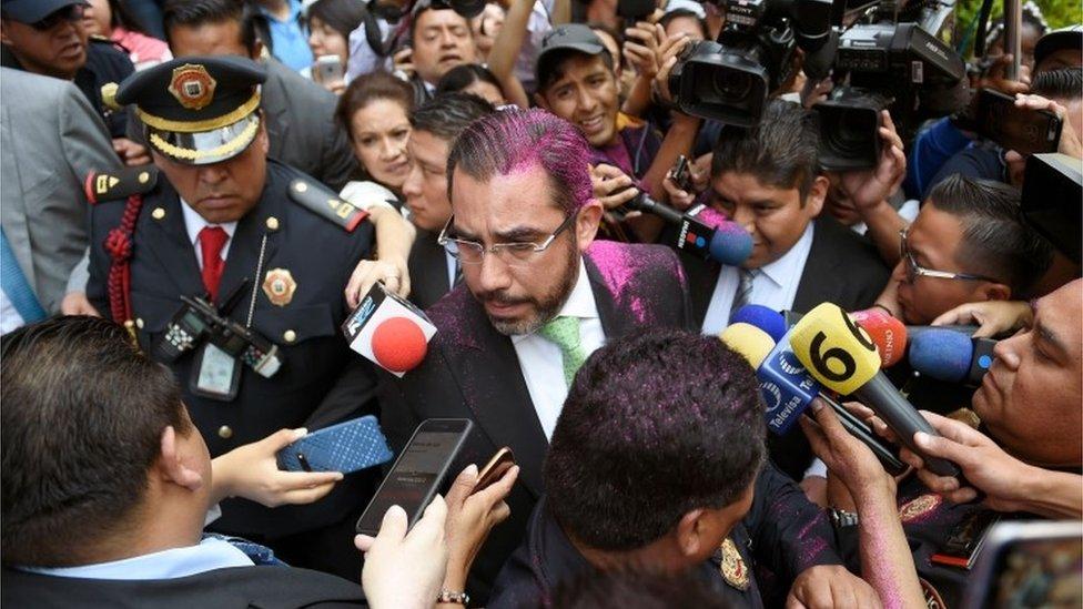 Jesús Orta rodeado de reporteros
