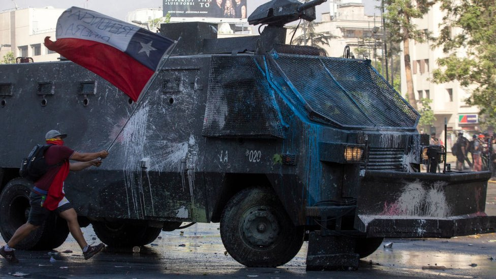 Manifestante con la bandera chilena.