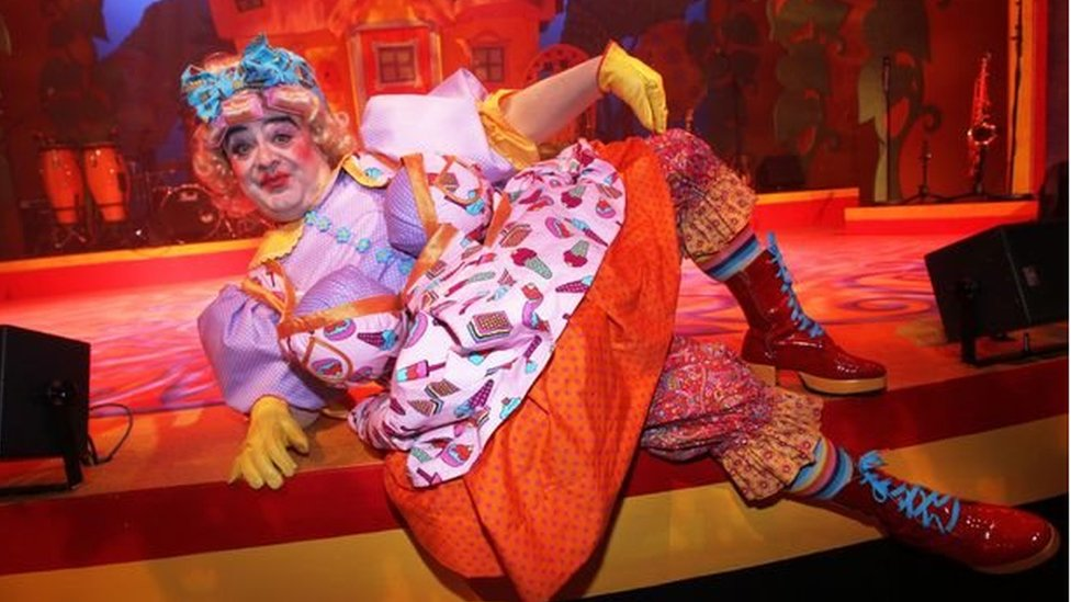 Phyl yn chware Dolly Dumplings ym mhantomeim 'Jack and the Beanstalk'