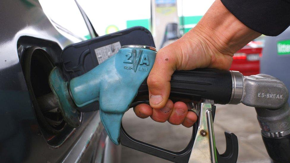 पेट्रोल, डीज़ल की कीमतें ज़िम्बाब्वे में इतनी क्यों बढ़ाई गईं: रियलिटी चेक
