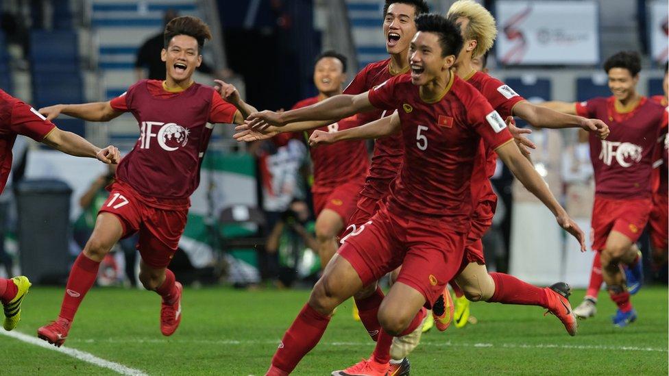 لاعبو فيتنام يتحفلون بالفوز