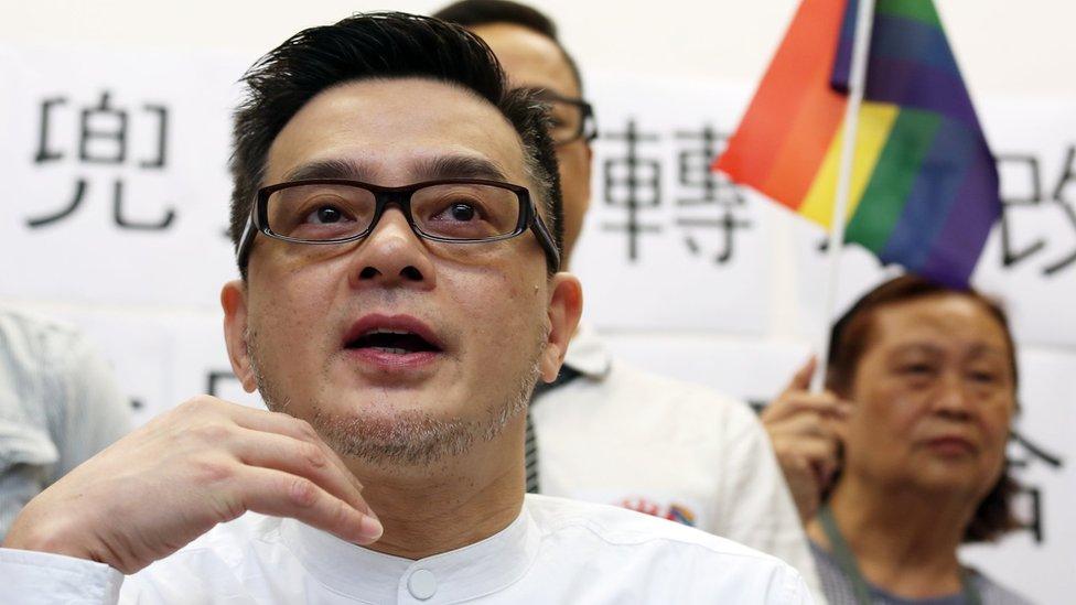 香港大愛同盟創始成員黃耀明在香港立法會大樓出席LGBT群體評論政治改革活動(18/5/2015)