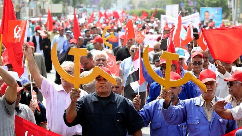 Članovi iračke Komunističke partije uzvikuju slogane i nose komunističke zastave i simbole na demonstracijama 1. maja u Bagdadu, u Iraku.,01 May 2018.