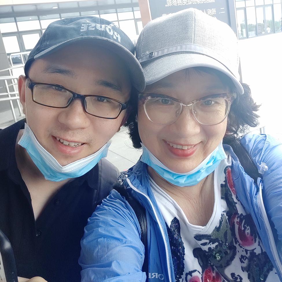 Li Jingzhi y su hijo Mao Yin (Jia Jia) ya adulto
