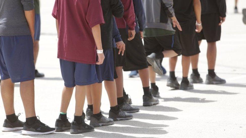 Los ocupantes de Casa Padre, un refugio de inmigrantes para menores no acompañados, en Brownsville, Texas, se ven en esta foto proporcionada por el Departamento de Salud y Servicios Humanos de EE.UU. el 14 de junio de 2018.