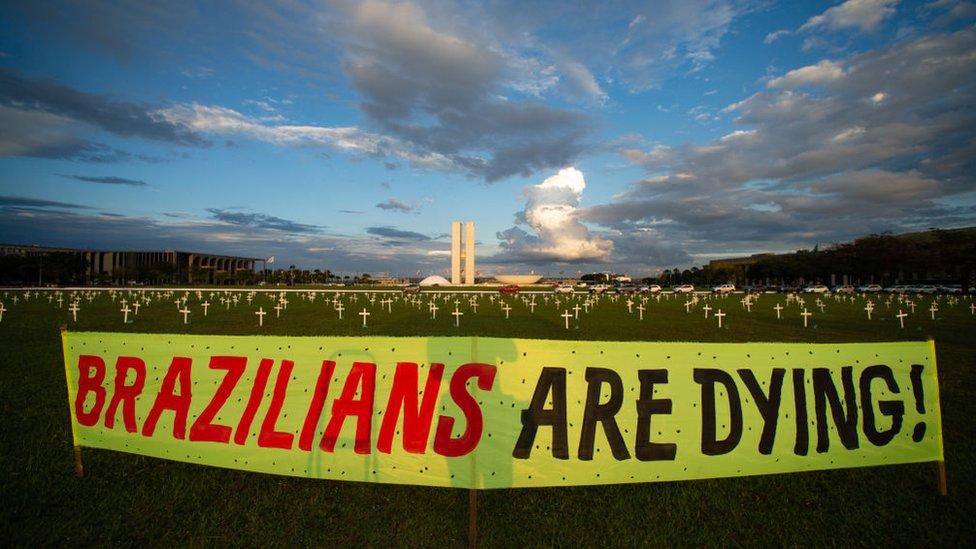 Brezilya'da Kongre binası önünde, Covid'den yaşamını yitiren 400 bin kişi anısına 400 haç dikildi.