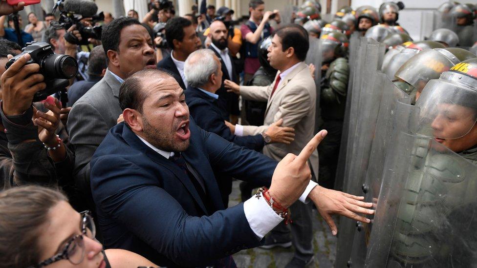 Opositores intentando entrar a la sede del Parlamento.