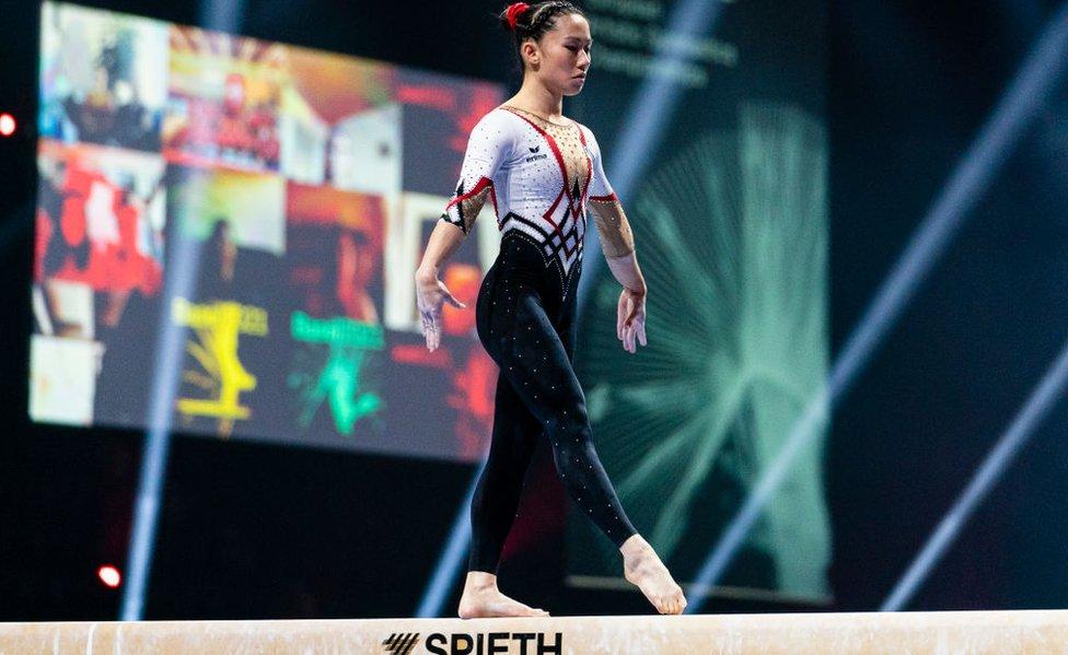 Kim Bui, de Alemania, compite en la barra de equilibrio durante el Campeonato Europeo de Gimnasia Artística 2021 en Basilea, Suiza,