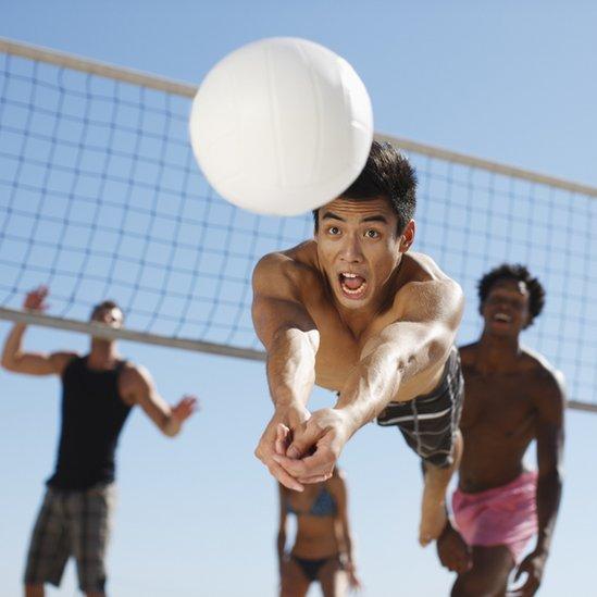 Personas jugando voleibol