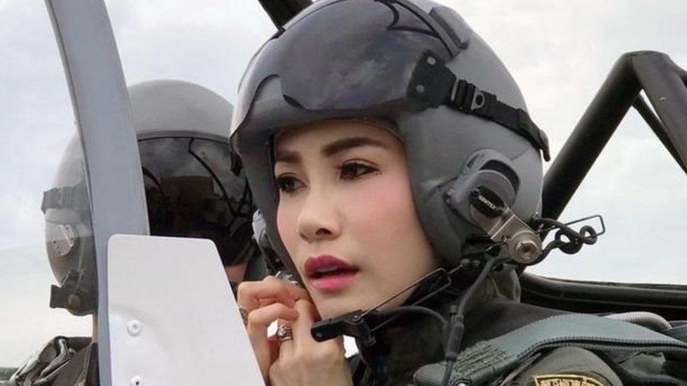 थाईलैंड : राजा ने शाही सहयोगी को दी 'बेवफ़ाई' की सज़ा