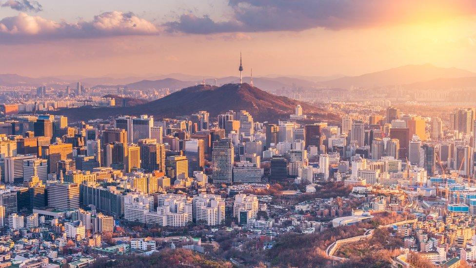 La policía detuvo a Shin Ok-ju y otros tres dirigentes de su grupo religioso en un viaje que hicieron a Seúl a finales de julio.