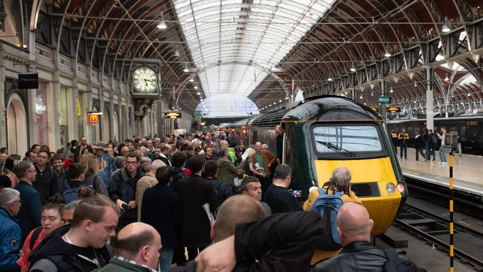 InterCity 125: Hundreds take last HST from London Paddington