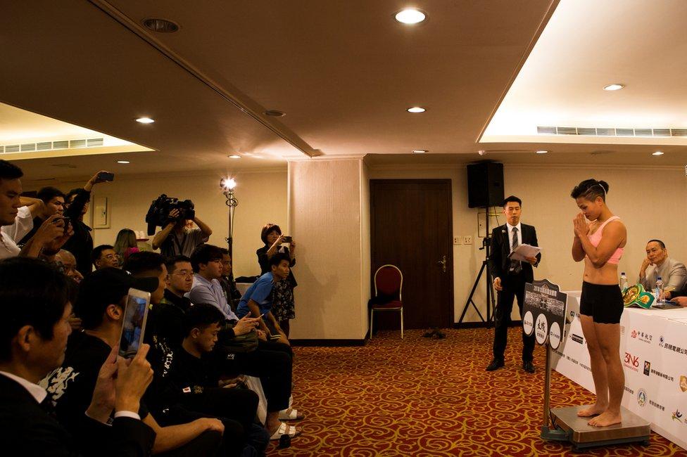 Huang je na zvaničnim merenju u Tajpeju imala 53,5 kilograma, a za polubantam kategoriju gornja granica je 52,1 kilogram.