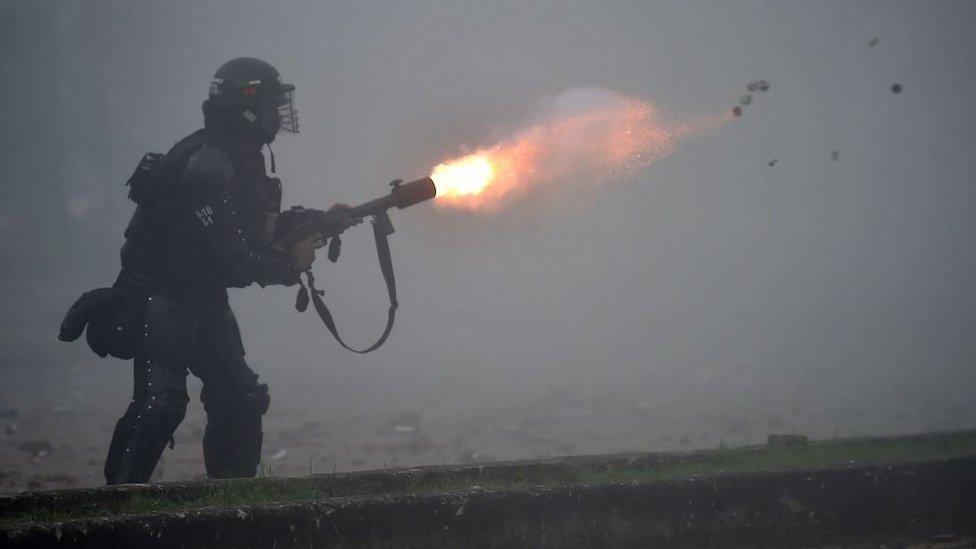 Policia disparando un arma