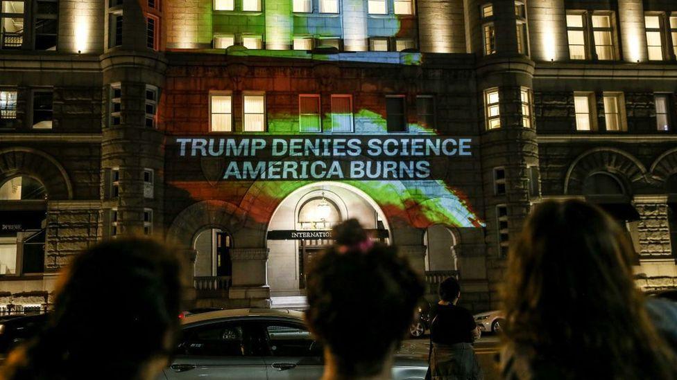 Protesta contra la salida del Acuerdo de París