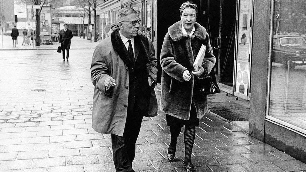 Sartre e Beauvoir caminhando pela rua