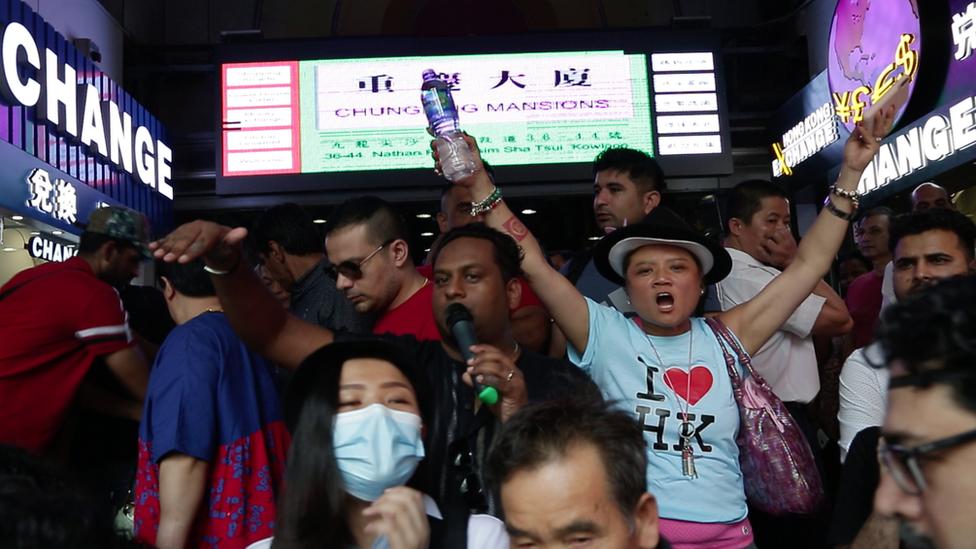 香港少數族群居民周日向遊行人士派發瓶裝水,顯示團結。